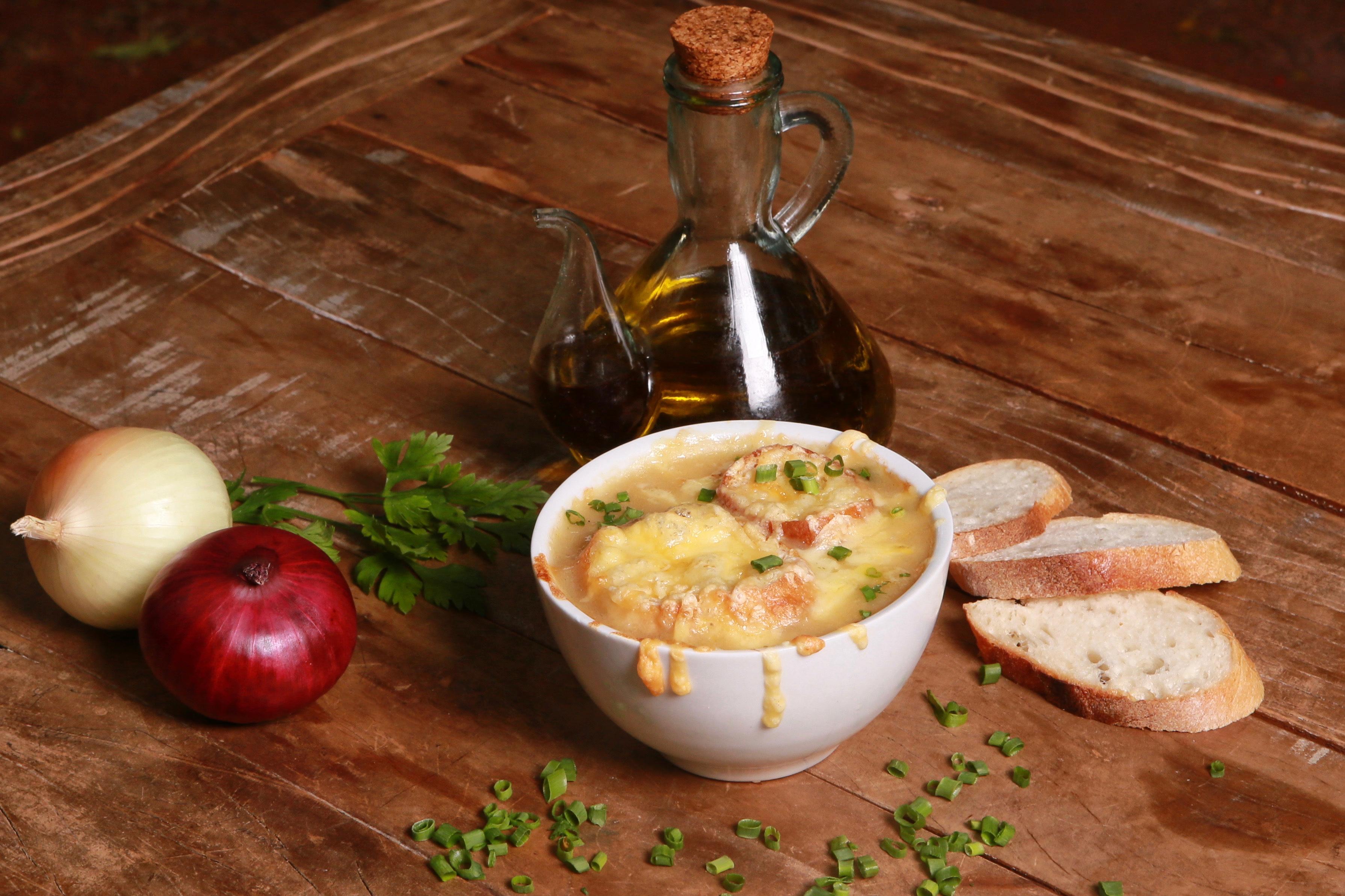 Sopa de cebola com queijo emmental gratinado_foto Lula Lopes