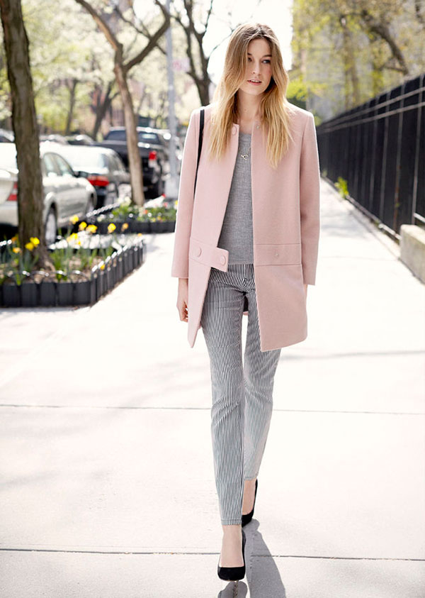 look-calca-listrada-sueter-cinza-e-casaco-rosa-quartz