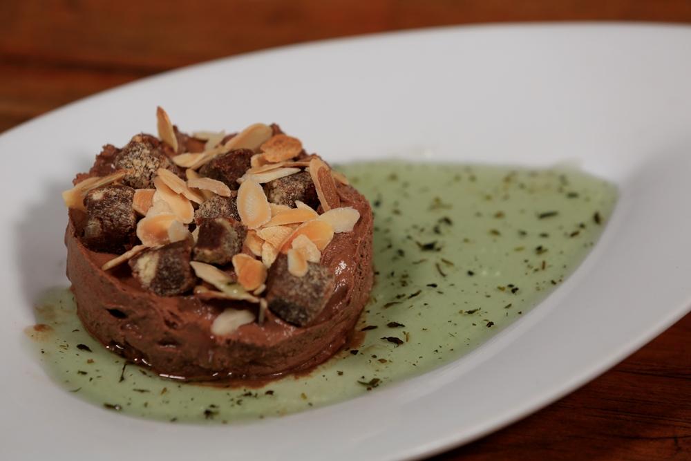 ElNegro-Sobremesa-Tortinha_mousse_com_amendoas_tostadas_calda_de_menta-FotoRonaldo_Caldas
