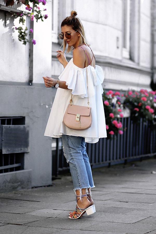 look-calca-jeans-cropped-blusa-ombro-a-ombro-branca-block-heels-colorido-160926-101311