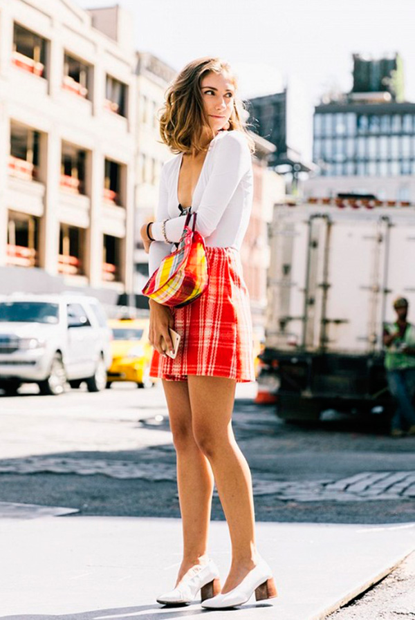 look-street-style-saia-xadrez-camisa-branca-sapato-branco-160926-101448
